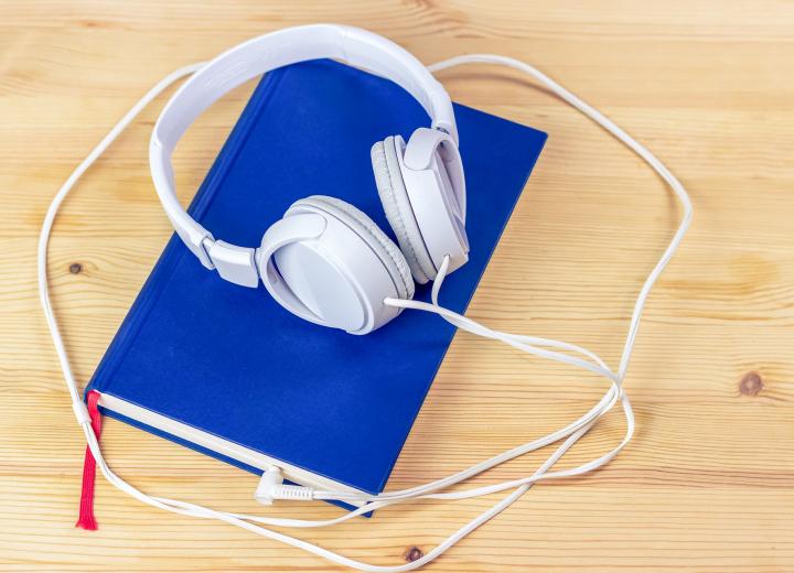 Allt fler svenskar läser eller lyssnar på böcker digitalt
