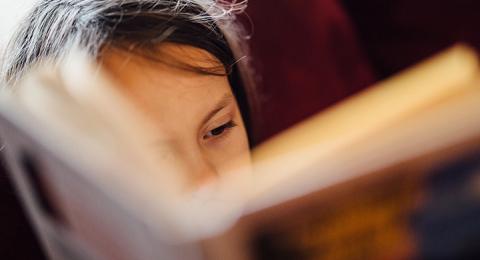 Barn som läser böcker. I Storbritannien saknar hundratusentals barn egna böcker.